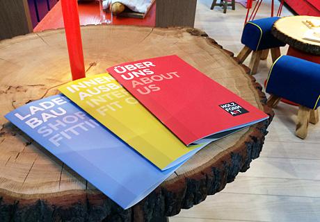 Hier ist die HolzFormArt Broschüre zu sehen